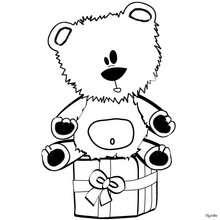Teddybär sitzt auf dem Weihnachtsgeschenk