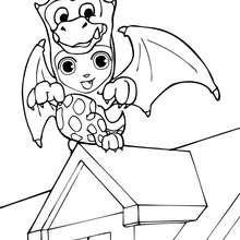 Teo trägt ein Halloween Drachenkostüm zum Ausmalen