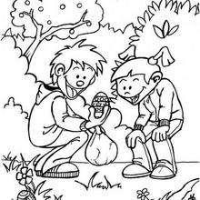 Kinder suchen Ostereier zum Ausmalen