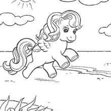 Mein kleines Pony läuft am Strand
