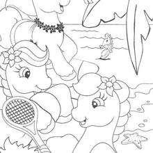 Ponies spielen Tennis am Strand
