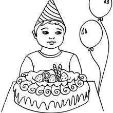 Junge mit einem Geburtstagskuchen zum Ausmalen