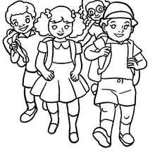 Kinder auf dem Schulhof zum Ausmalen