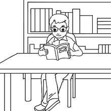 Schüler liest ein Buch zum Ausmalen