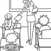 Lehrer teilt den Schülern Zettel aus zum Ausmalen