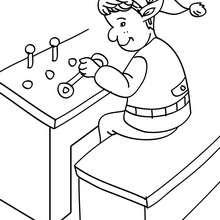 Weihnachtswichtel sammeln Teile einer Spielkonsole zum Ausmalen
