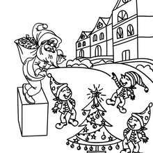 Weihnachtswichtel spielen im Hof der Weihnachtsstadt zum Ausmalen