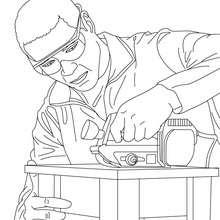 Tischler baut einen Holzstuhl zum Ausmalen