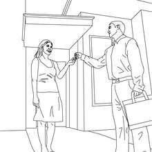 Immobilienmakler übergibt dem Käufer den Schlüssel zum Ausmalen