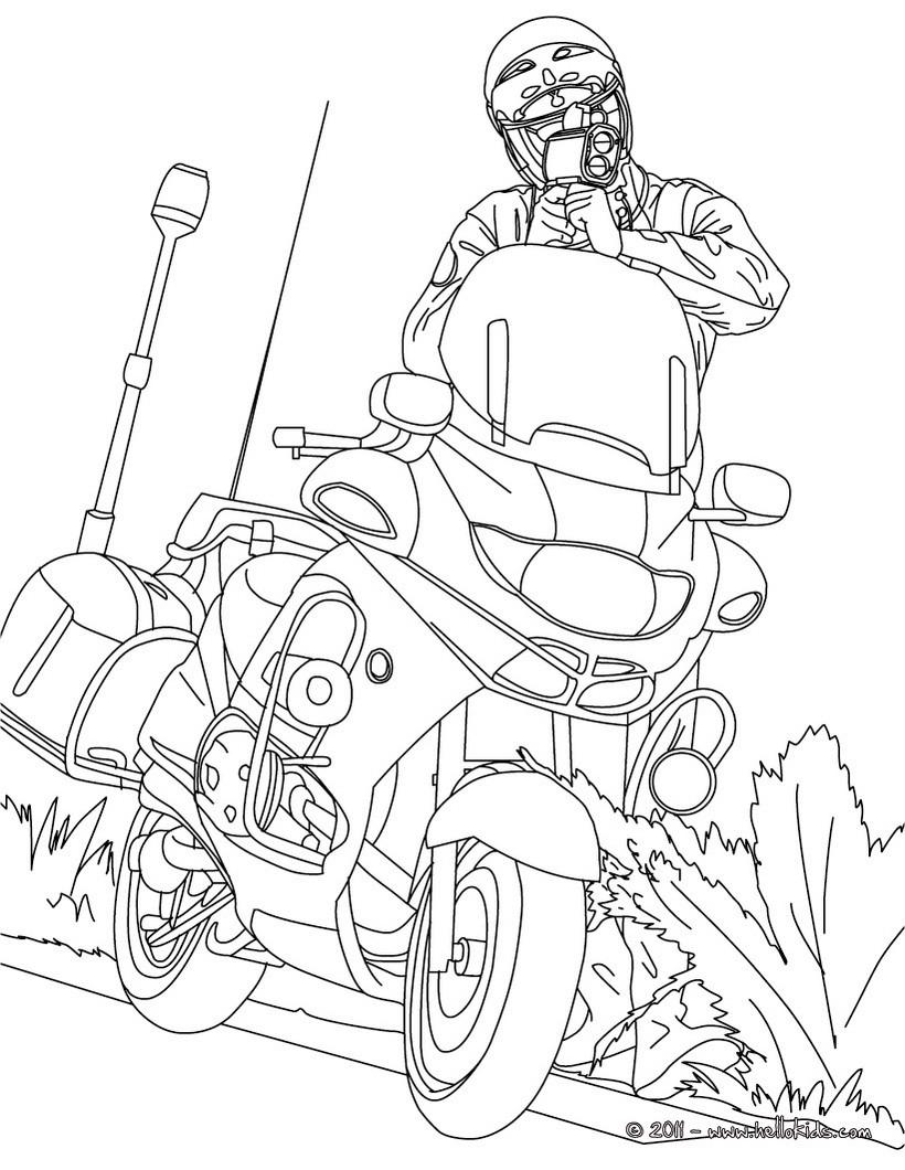 Motorradpolizist kontrolliert die verkehrsgeschwindigkeit zum ...