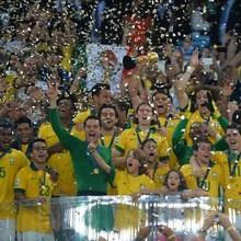 Brasilien schlägt Spanien im Fußball