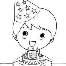 Junge bläst seine Geburtstagskuchenkerzen aus zum Ausmalen