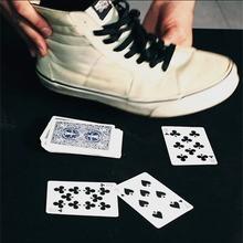 Offenbaren eine Karte in seinem Schuh