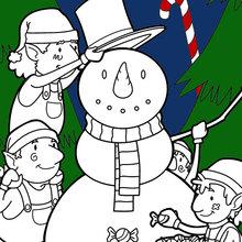 Elfen bauen einen schneemann für Weihnachten