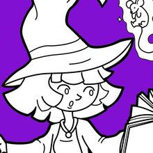 Kleine Halloween-Hexe übt mit Magie