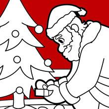 Der Weihnachtsmann legt Geschenke unter dem Baum