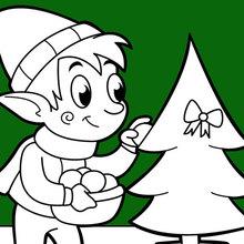 Ein Elf schmückt den Weihnachtsbaum